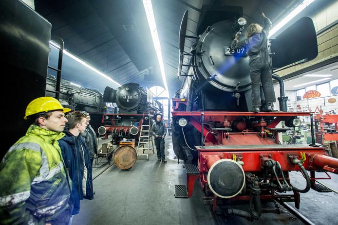 De stoomtrein die gebruikt wordt bij de intocht van Sinterklaas in Apeldoorn werd vrijdagmiddag in het stoomdepot opgestookt en in gereedheid gebracht.