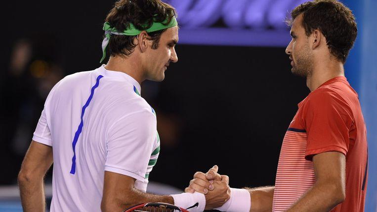 Federer (links) schudt de hand met Dimitrov. Beeld AFP