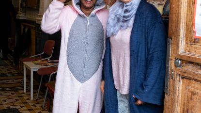 Jinnih Beels in roze pyjama naar school én college