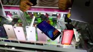 Busreizigers proberen met nep-smartphones overvallers te slim af te zijn