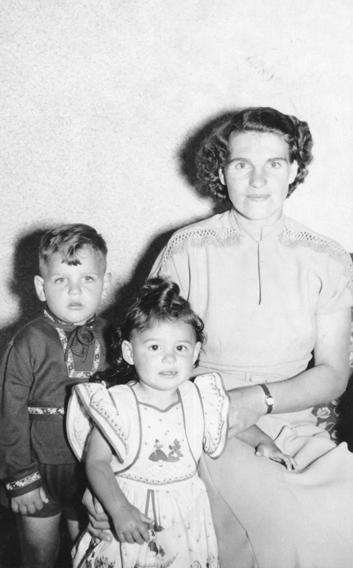 Adri van der Heijden met zijn moeder en zus, circa 1955.