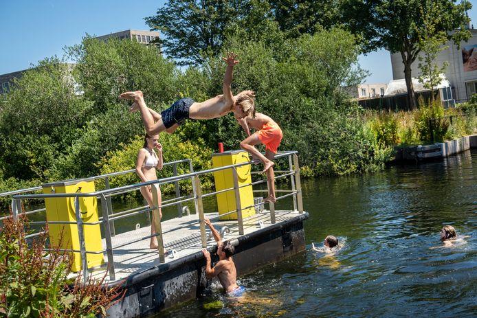 Water en niet zwemmen in de Piushaven op tropische dagen: de combinatie werkt niet echt.  Swim to Fight Cancer wil daarom met pontons een 'zwembad' aanleggen.