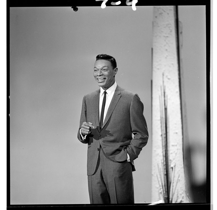 THE HOLLYWOOD PALACE - Airdate: March 21, 1964. (Photo by ABC Photo Archives/ABC via Getty Images) HOST NAT KING COLE Beeld Getty