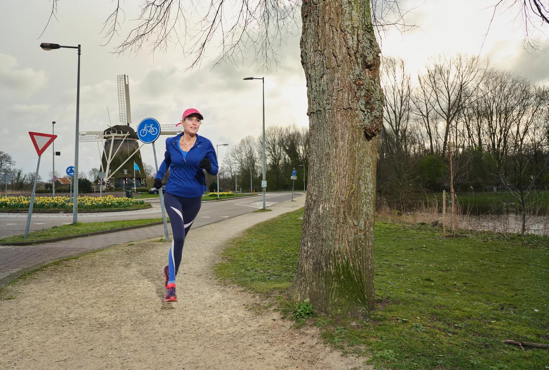 Barbara op weg naar haar huis in Amsterdam-Zuid.  Beeld Erik Smits