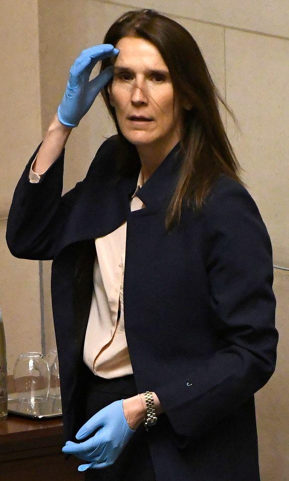 Premier Sophie Wilmès wordt bejubeld in Wallonië en in de Franstalige pers. Maar na drie weken van nationale eenheid zijn de politieke spelletjes terug.