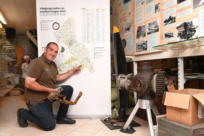 Tonnie Ebben in zijn museum van postzegel tot tank.