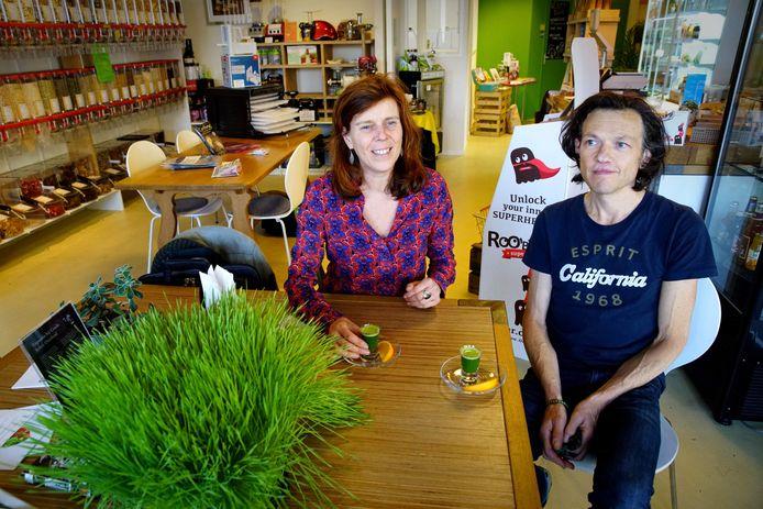 Op deze foto uit 2017 genieten Boetje Broeders en Jim van Putten van veganistisch en 'raw' restaurant Crudo in Nijmegen van een glaasje tarwegrassap.