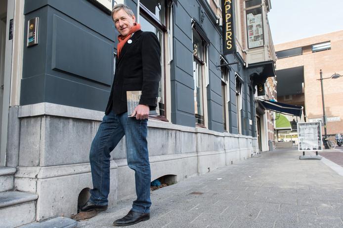 Historicus Frans Gooskens met zijn voet in zijn favoriete voetschraper, in de Willemstraat Breda. Foto René Schotanus/Pix4Profs