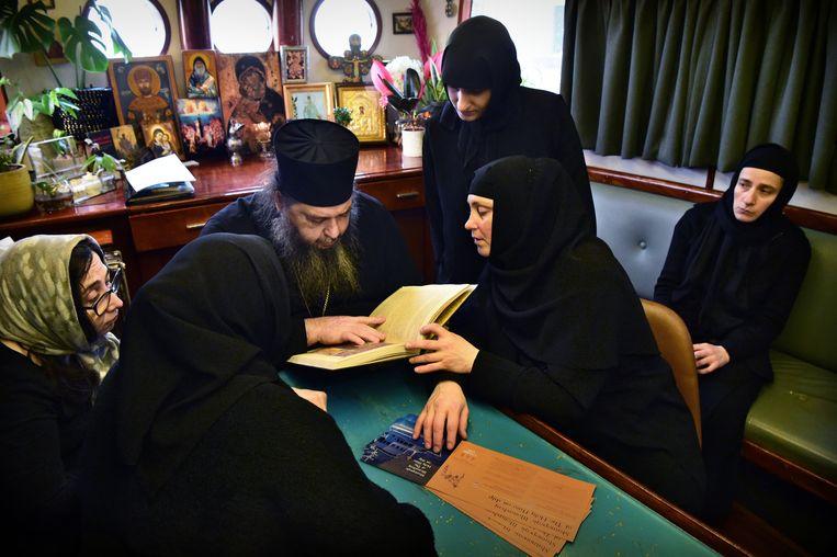 De abt, de zusters en enkele gasten aan boord.  Beeld Marcel van den Bergh / de Volkskrant
