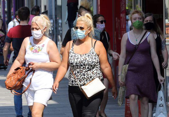 Mensen met mondkapjes op in Brussel.