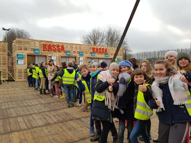 De scholieren van Don Bosco uit Gent zorgden meteen voor een file aan de drankbonnetjesstand.