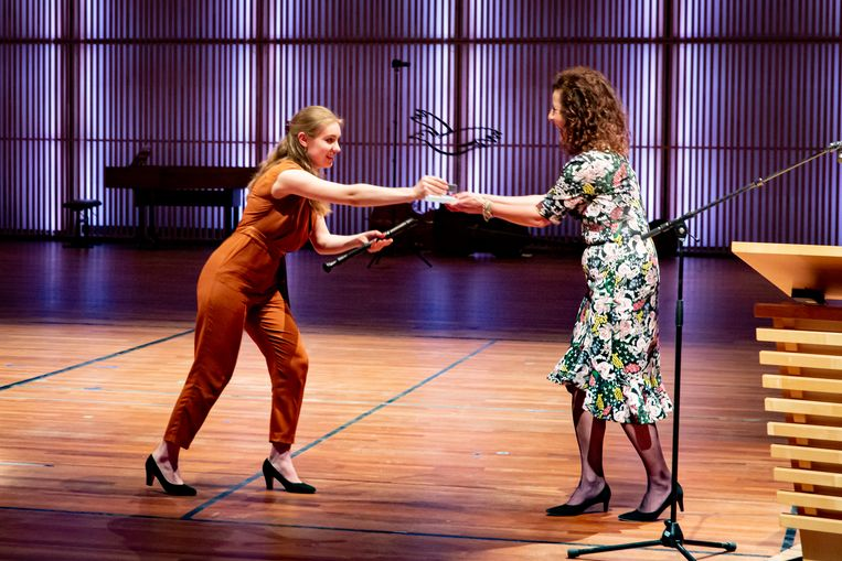 Winnaar Lucie Horsch met minister Ingrid van Engelshoven van Cultuur zondag in Amsterdam. Beeld Nichon Glerum