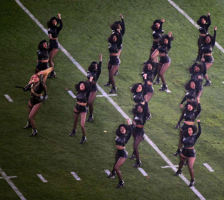 Beyoncé en haar danseressen staken tijdens het optreden hun vuisten in de lucht, het symbool van de 'Black Panthers' Beeld afp