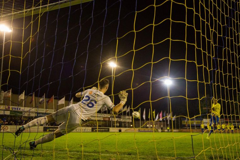 Penalty in de wedstrijd tussen Hoek en Lisse die in strijd met de regels werden genomen. Beeld OrangePictures