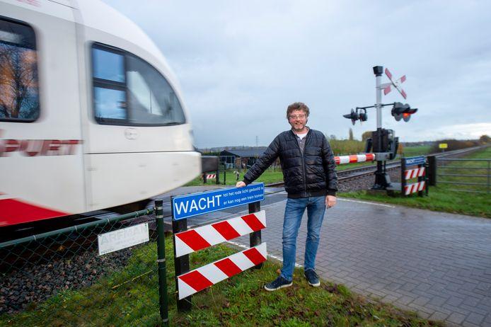 Erik Neuteboom, voorzitter van Klarenbeeks Belang, bij de spoorwegovergang aan de Broekstraat. Volgens hem gaat de gemeente deze overweg mogelijk sluiten.