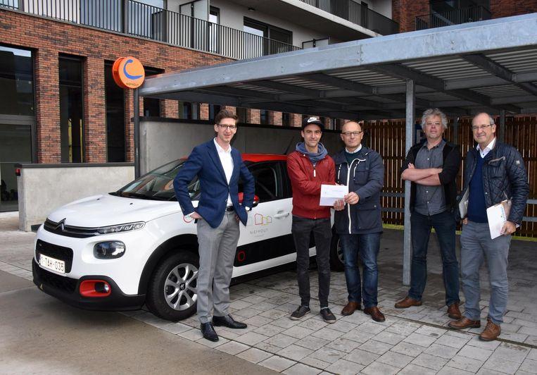Kevin Van den Eynt (pet) is de eerste deelnemer voor het autodelen in Niefhout.