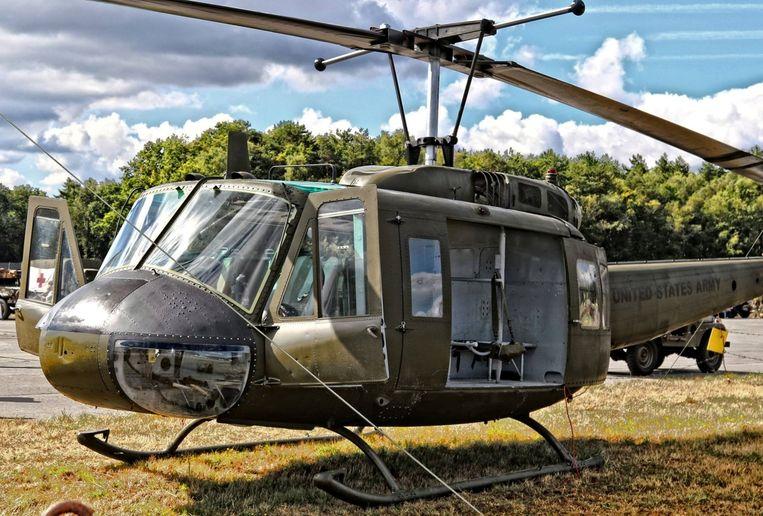 De helikopter heeft oorlogsschade aan de onderkant.  Filip wil de helikopter restaureren zoals hij er in zijn gloriejaren moet uitgezien hebben.