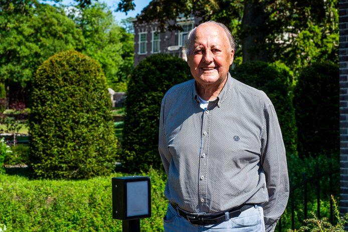 Fons van der Laan, grondlegger van de Pelgrimshoeve in Vessem,  loopt zijn eigen pelgrimstocht in de tuin van het Broederhuis in Eindhoven.