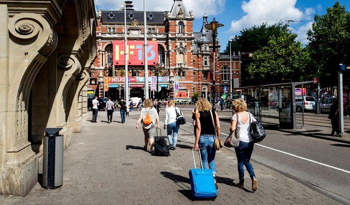 Toeristen met rolkoffers op het Leidseplein in Amsterdam. Foto ter illustratie.