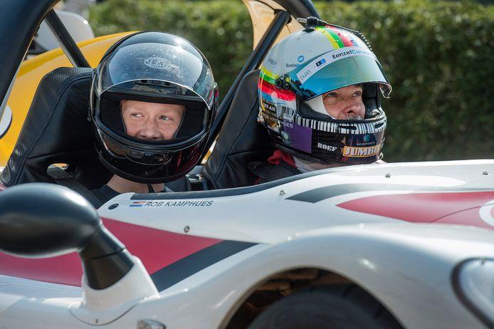 Tijn Rasenberg (15, links) in de racewagen met Rob Kamphues.