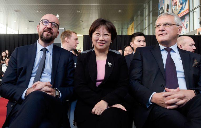 Premier Charles Michel, internationale handelsdirectrice Angel Zhao en minister van Werk Kris Peeters.