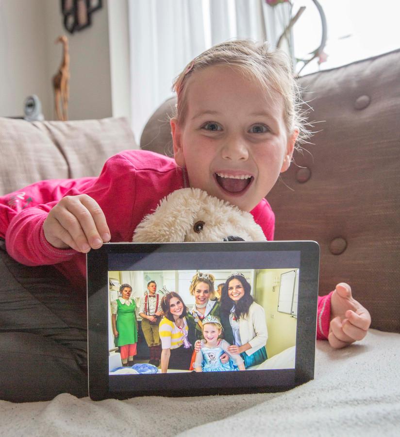 Emma (5) werd in het Sophia Kinderziekenhuis verrast door meidengroep K3.