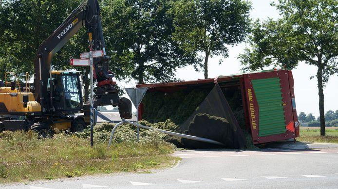 De kieper kantelde in een bocht bij Broekland.