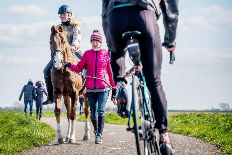 Op de Zeedijk in Waterland (Noord-Holland) is het moeilijk afstand houden. De meeste mensen doen hun best. Fietsers en hardlopers verblijven vaak te dicht bij elkaar. Beeld Patrick Post