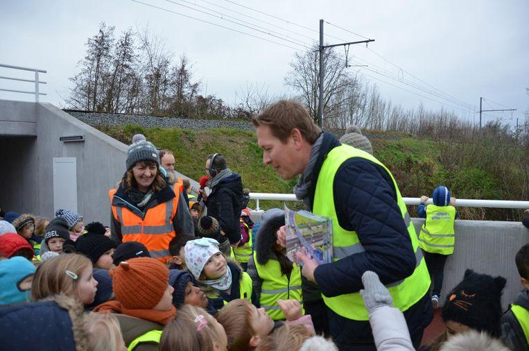 Frédéric Petit van Infrabel stelt het nieuwe boekje voor aan de kinderen van basisschool Spoele.