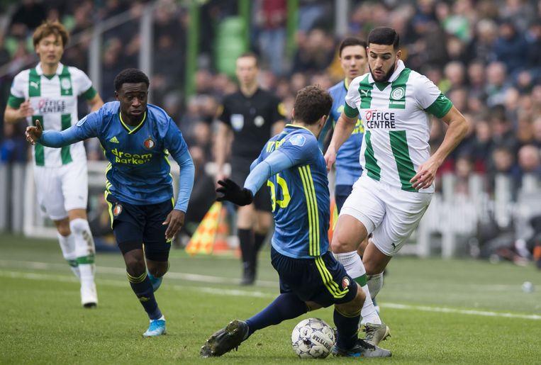 Feyenoord-verdediger Eric Botteghin probeert Ahmad El Messaoudi van FC Groningen af te stoppen. Beeld ANP