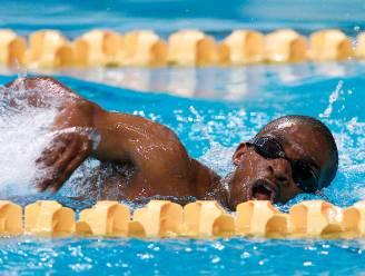 """Olympische cultheld Eric Moussambani, die bijna verdronk in Sydney 2000, traint nu zwemmers voor Tokio: """"Ik laat ze video's van Phelps zien"""""""