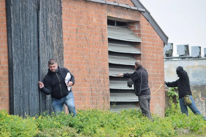 Inspecteurs bij het veevoerbedrijf in Baarle-Nassa.
