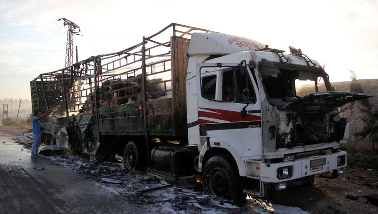 Een verwoeste truck van het hulpkonvooi. Beeld afp