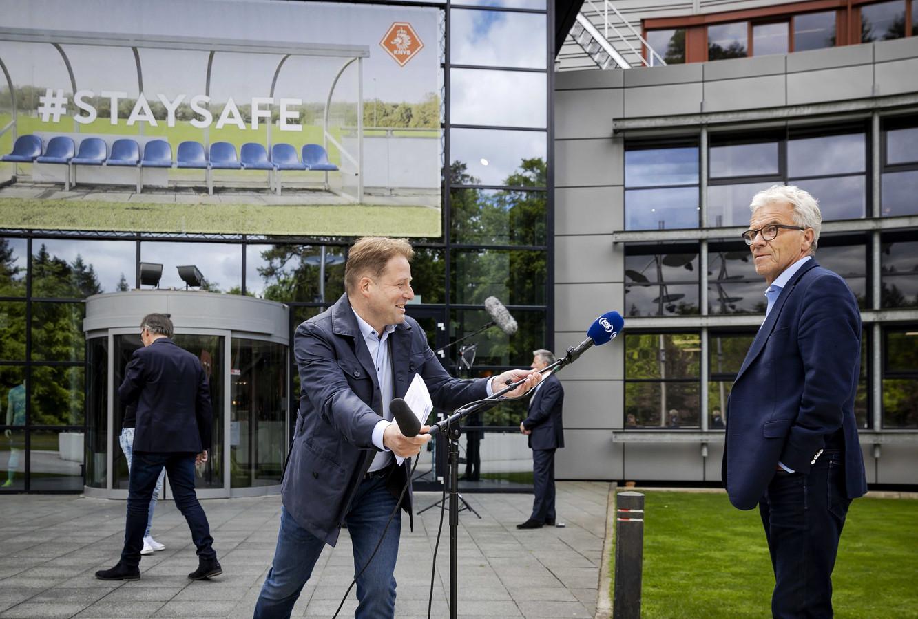 KNVB-directeur Eric Gudde staat FOX Sports te woord.