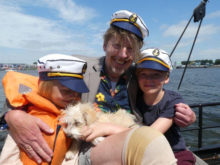 """Zanger Jan Rot en zijn kinderen Maantje Piet en Wolf. Hond Dolly hoefde niet te poepen. Rot: """"Anders had ik het in een plastic zakje moeten doen."""" Beeld Schuim"""