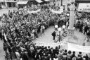 Bredanaars en Spanjaarden protesteren broederlijk samen tegen het Franco-regime op de Grote Markt in Breda, op 28 september 1975.
