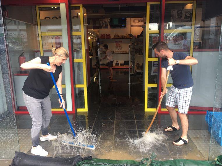Ook bij schoenenwinkel Berca in de Kortrijkstraat liep het water opnieuw binnen.