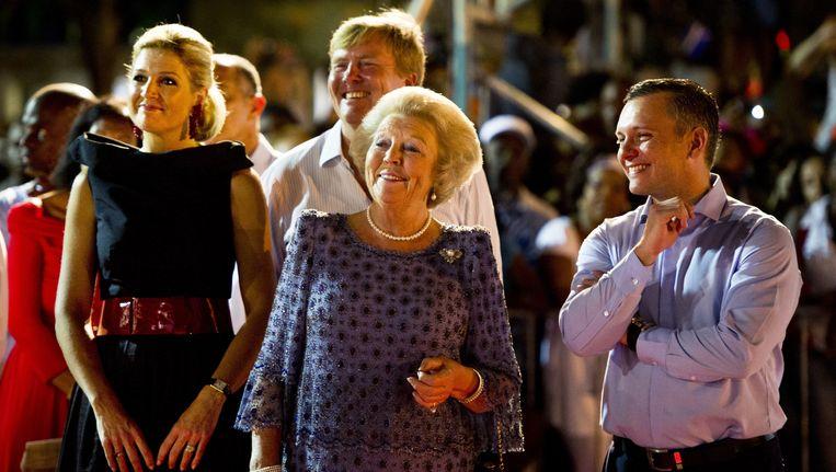 Prinses Maxima, prins Willem-Alexander, Koningin Beatrix en minister-president Gerrit Schotte van Curaçao tijdens een groot feest op het Brionplein in Willemstad, in november vorig jaar Beeld ANP