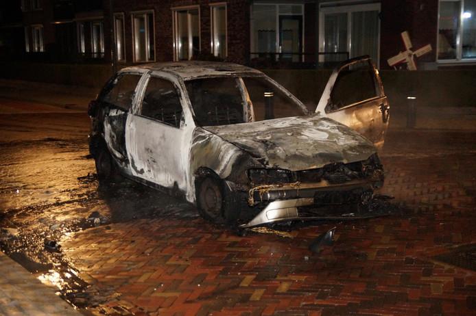 Het uitgebrande wrak, gefotografeerd nádat relschoppers waren vertrokken.
