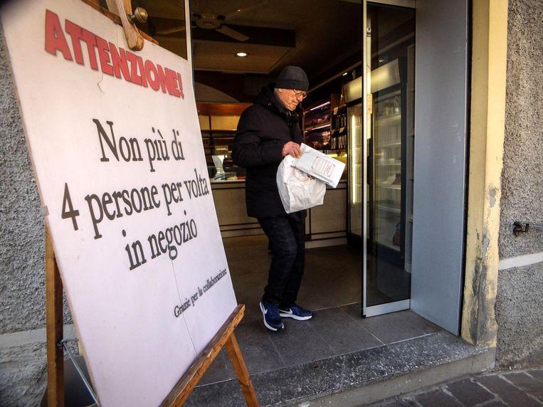 'Niet meer dan 4 personen in de winkel', staat te lezen in deze bakkerij in Codogno waar de Italiaanse patiënt nul vandaan kwam.
