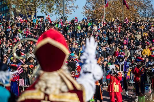 Enthousiaste ouders en kinderen bij de aankomst van Sinterklaas in Arnhem.