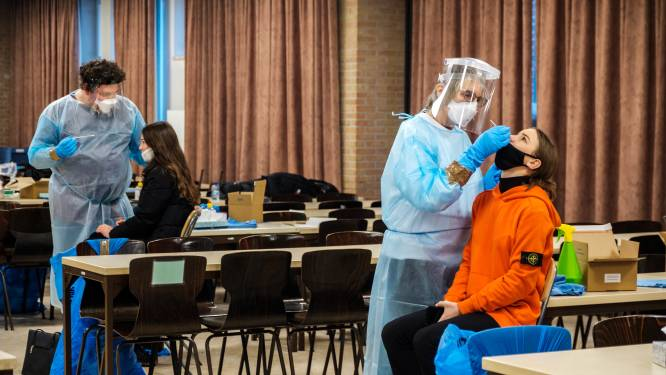 """1.700 scholieren en personeelsleden laten zich testen in Sint-Jozefinstituut: """"Raar gevoel, zo'n staafje in je neus"""""""