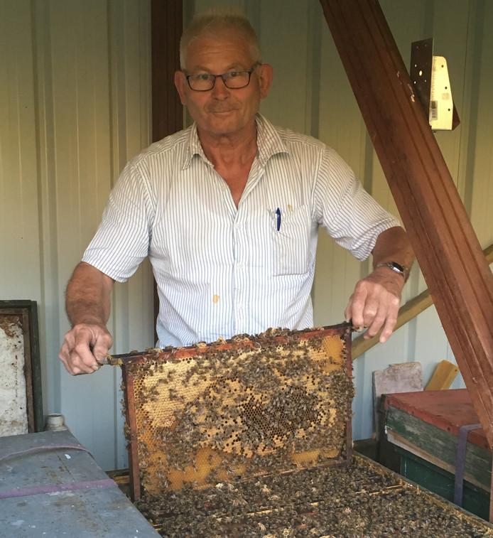 Imker Peter van der Pol bij één van zijn bijenvolken.