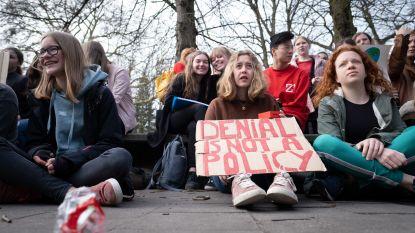 Klimaatspijbelaars houden zitstaking in vier scholen