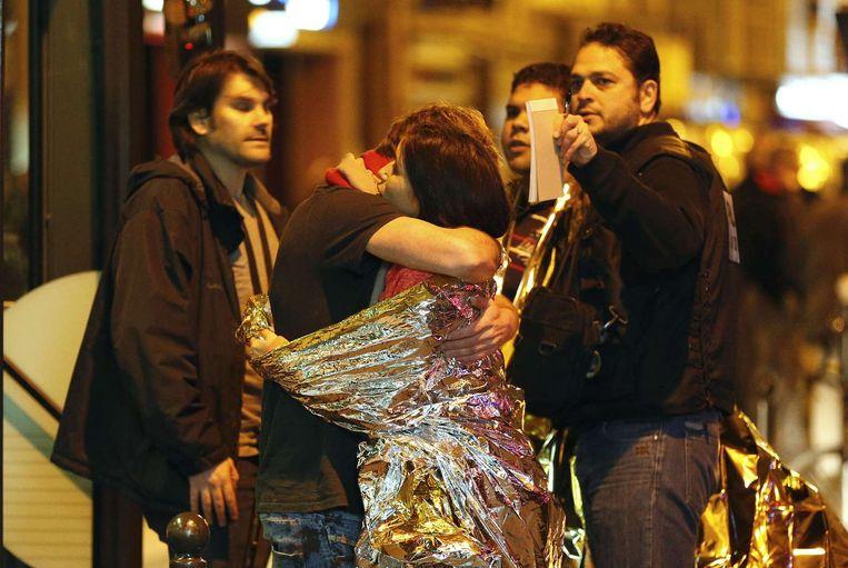 Parijzenaren die geëvacueerd worden na de aanslagen in hun stad. Beeld afp