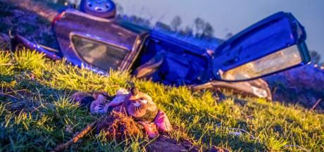 Vrouw en baby naar ziekenhuis nadat auto ondersteboven in sloot belandt in Helmond