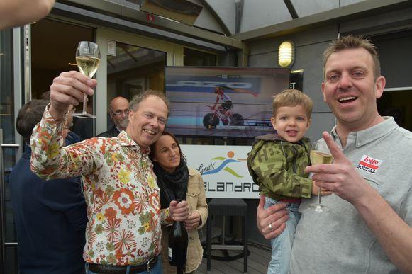 Trainer Kurt Lobbestael met zoon Miel (rechts) en organisator Rudi Verschueren van de Calandro klinken op de goede afloop.