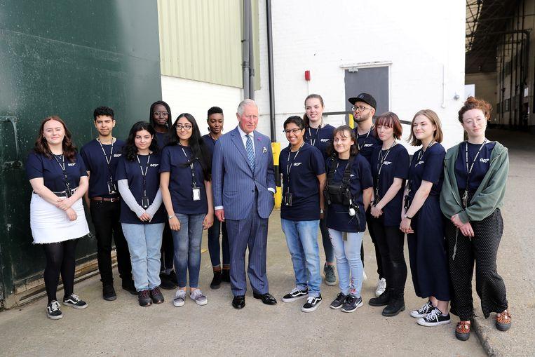 Prins Charles met enkele stagiaires.