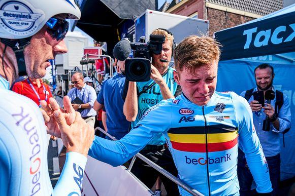 """Met tijdritwinst op het EK in het Nederlandse Alkmaar eerde Remco Evenepoel twee collega-wielrenners en goede vrienden Bjorg Lambrecht en Stef Loos, die veel te snel het leven lieten. Evenepoel kon na de finish zijn tranen niet bedwingen. """"Dit is voor die jongens, daar hoog in de hemel"""", zei hij geëmotioneerd."""