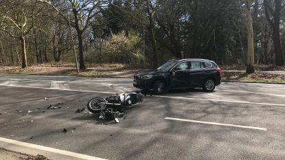 Motorrijder (46) gewond na klap tegen auto